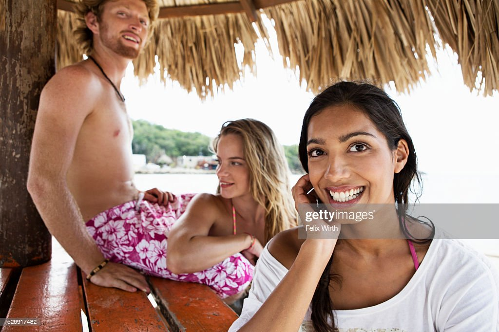 Friends relaxing under sunshade : Stockfoto