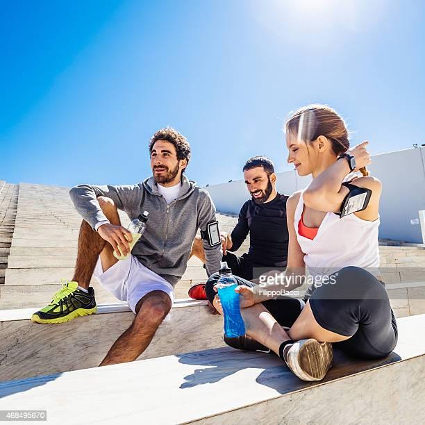 Amici di riposo e bere una bibita energetica durante il Training
