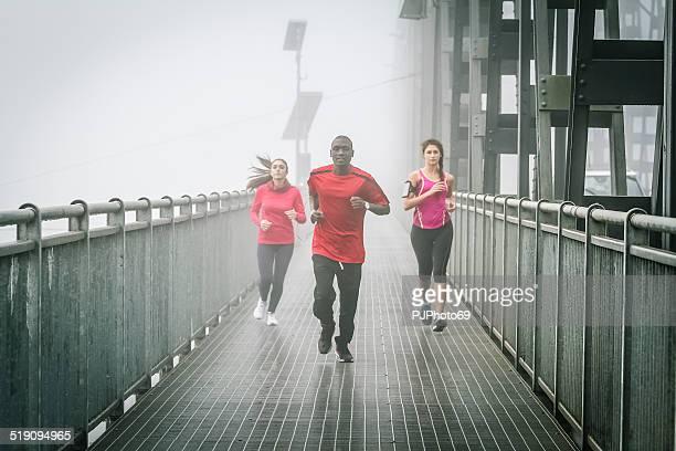 Freunde Laufen im Nebel auf Iron Bridge