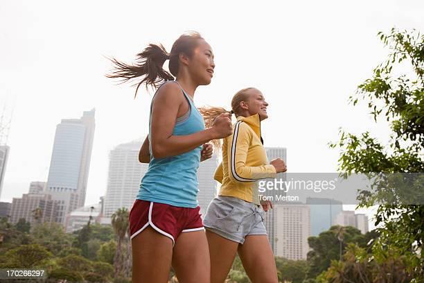 Amis courir dans le parc urbain