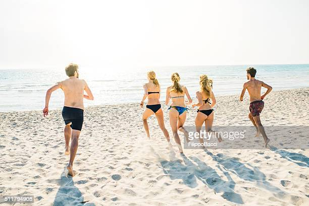 Amis courir vers la mer
