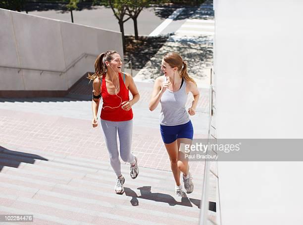 Amis courir up urban escalier