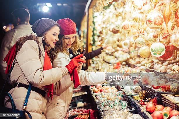 Freunde shopping in der Weihnachtsmarkt.