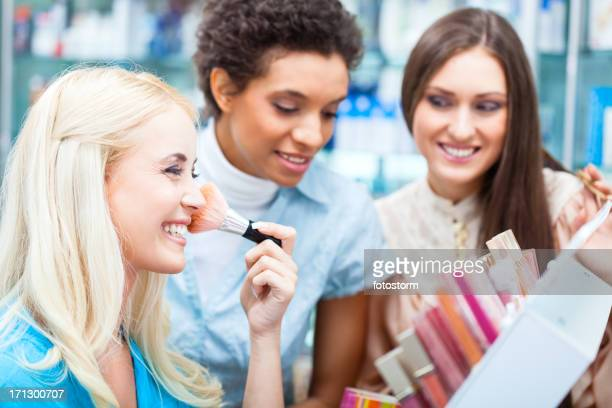 Amis shopping pour le maquillage