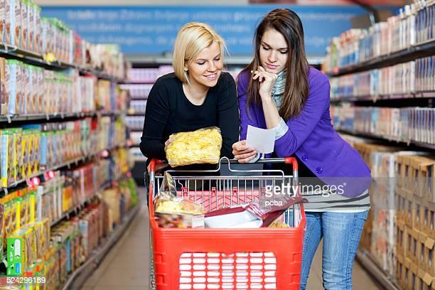 Freunde Einkaufen im Supermarkt