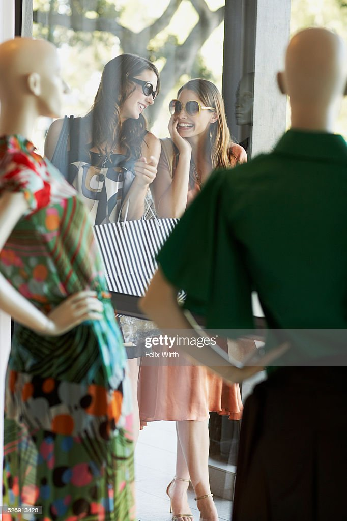 Friends shopping : Stockfoto