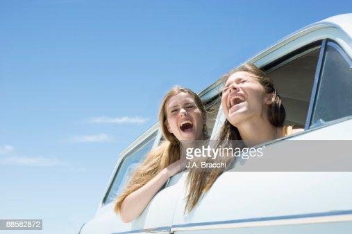 Friends shouting out car window : Stock-Foto