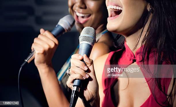 Amigos de música karaoke en club nocturno