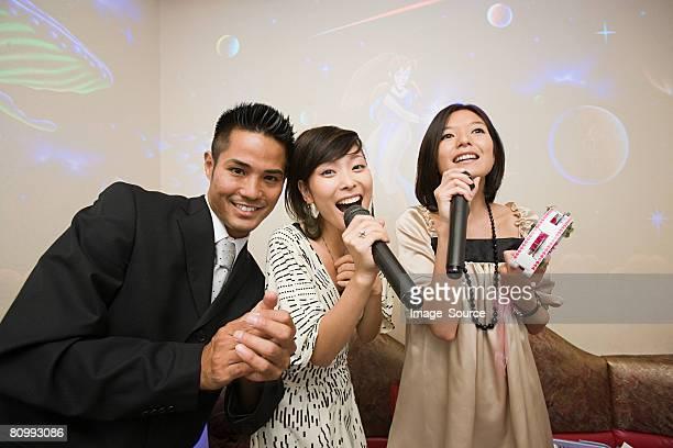 Freunde singen karaoke