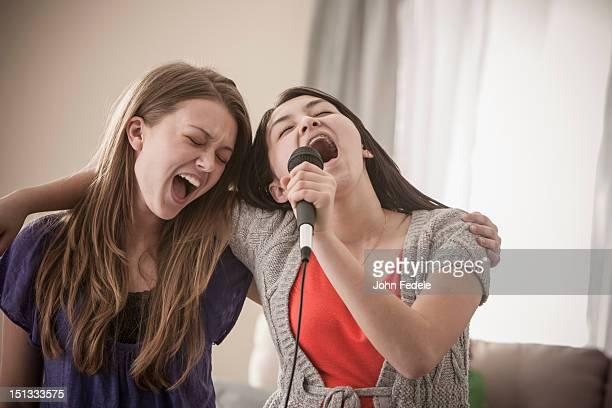 Freunde zusammen singen karaoke