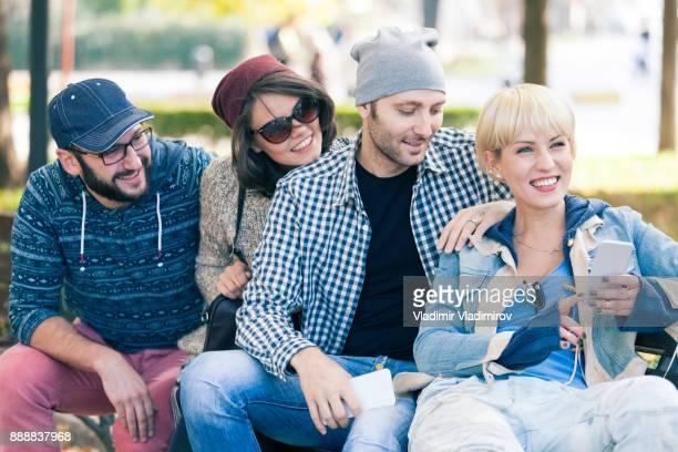 友人の公園で座っていると、スマート フォンを使用して