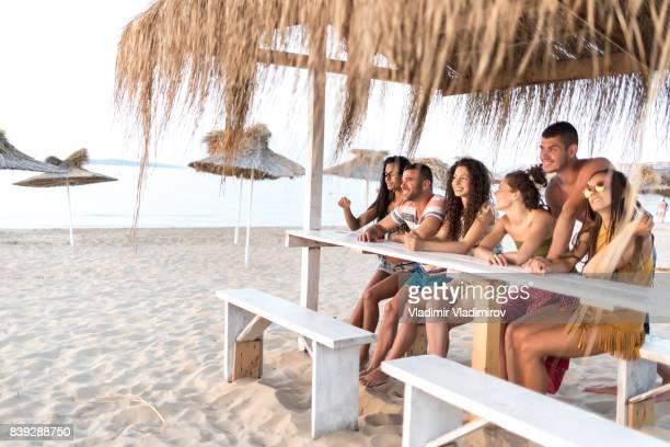 Freunde auf Strandbar sitzen