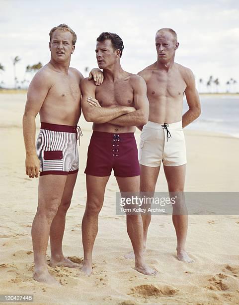 Freunde stehen am Strand
