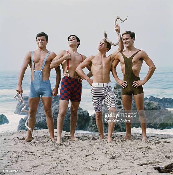 Freunde stehen am Strand, die lächelnd