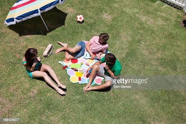 ご友人と日光浴やリラックスに最適な明るい芝生