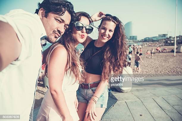 Amis prenant un selfie à la Plage de Barceloneta