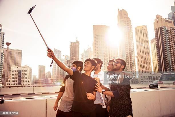 Amici prendendo un selfie in Marina di Dubai durante una vacanza