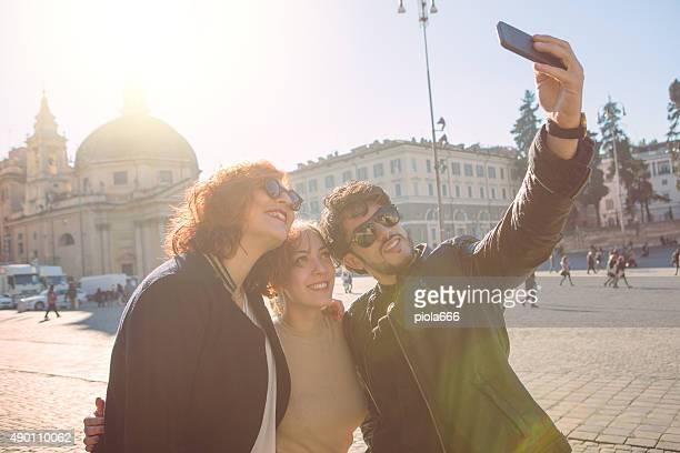Amici prendendo un selfie in città