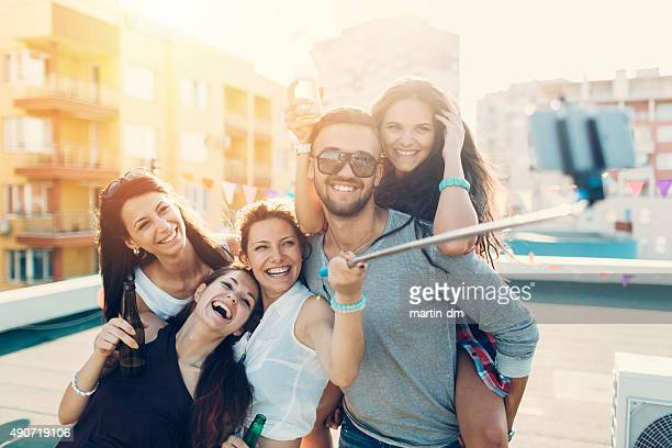Freunde, die ein selfie auf dem Dach