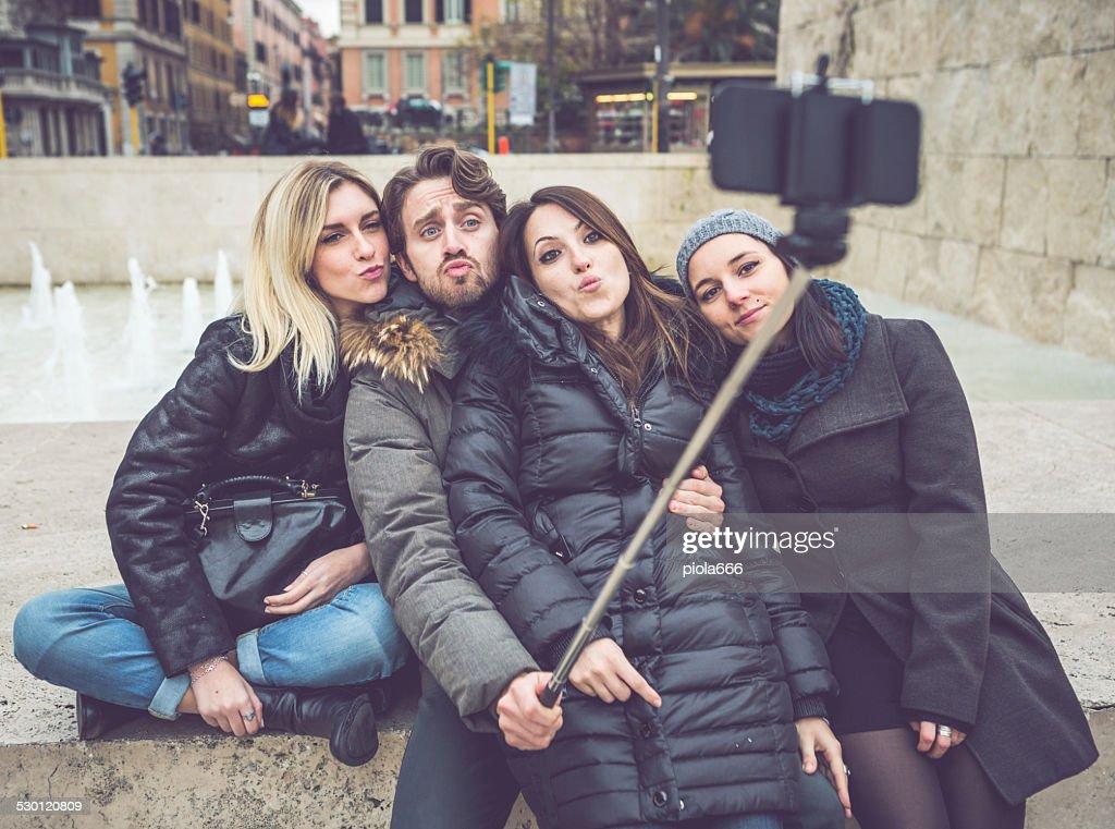 Amis prenant un selfie bâton à Rome : Photo