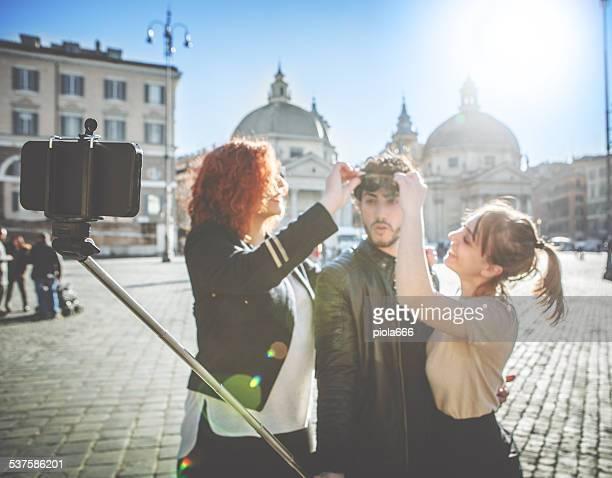 Amis prenant un selfie bâton à Rome