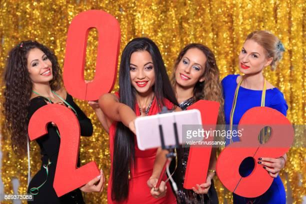 Vrienden selfie te nemen en samen vieren van het nieuwe jaar