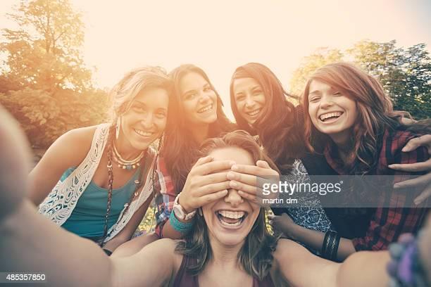 Amis prenant selfie dans le parc