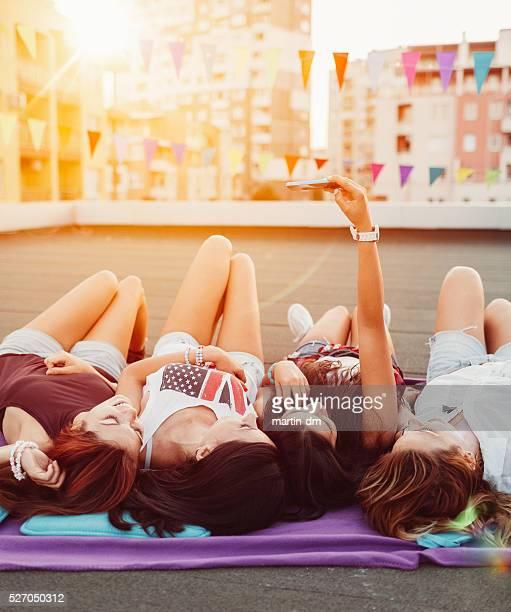 Freunde nehmen selfie auf dem Dach