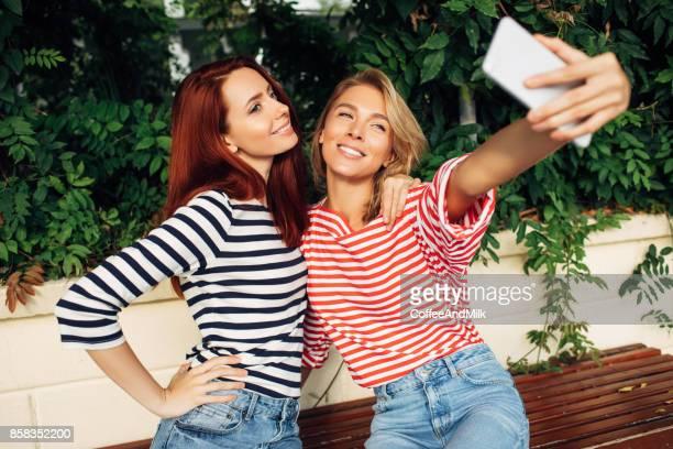Amis prenant un selfie ensemble