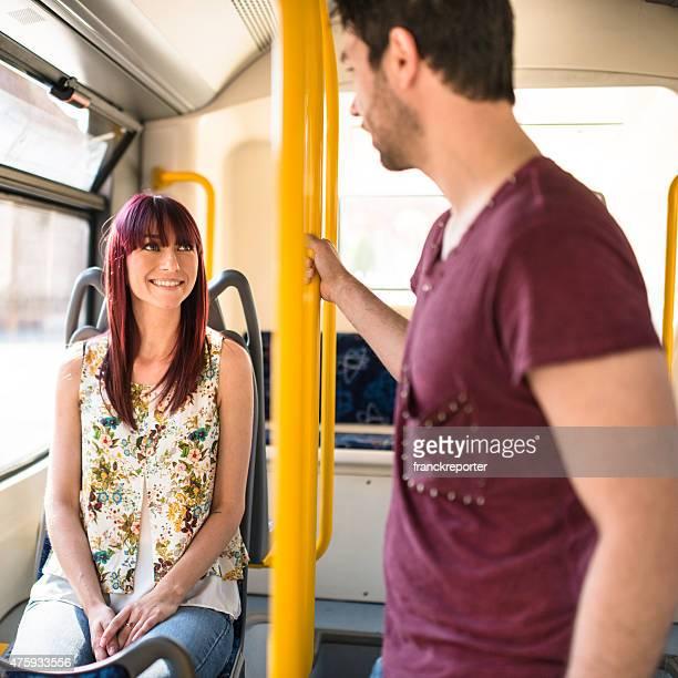 Freunde reden in einem bus