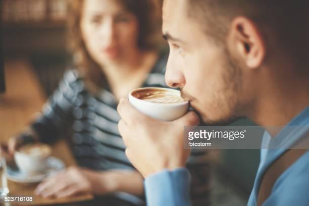 Amigos hablando en la cafetería y tomar café