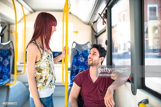 Amis discutant ensemble dans le bus