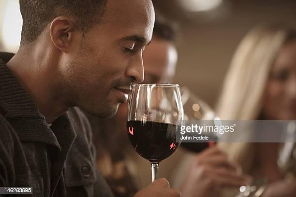 Amis ensemble à une dégustation de vin