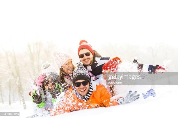 Amis lancer de la neige