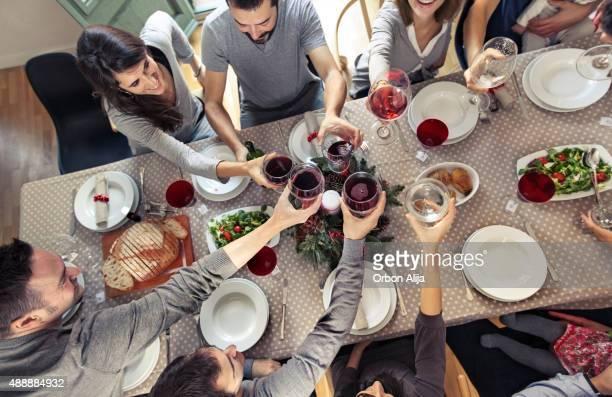 Freunden anstoßen im Weihnachts-Abendessen