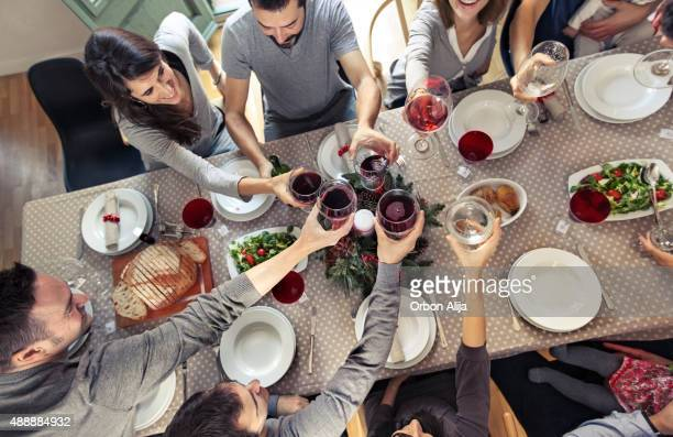 Amis portant un toast au dîner de Noël