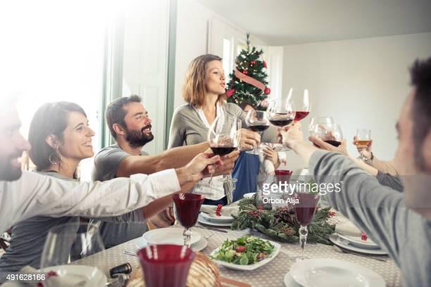 Amici brindando alla cena di Natale