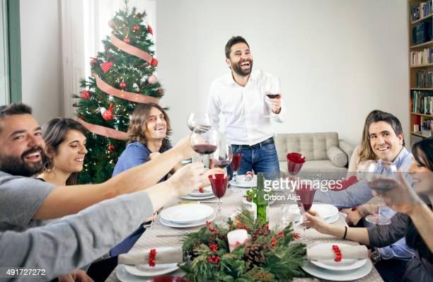 Amigos brindis en la cena de Navidad