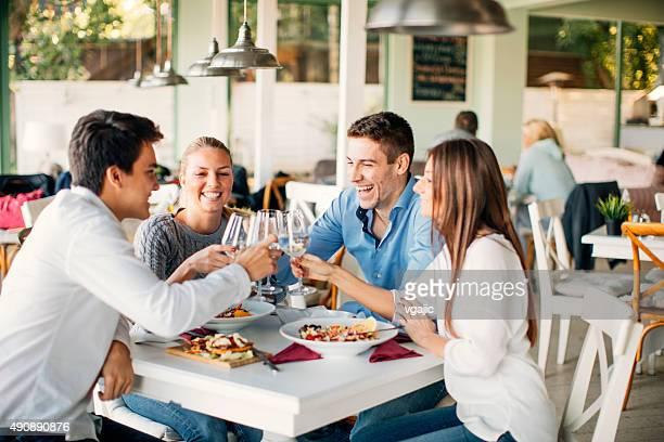 Freunden anstoßen im Restaurant.