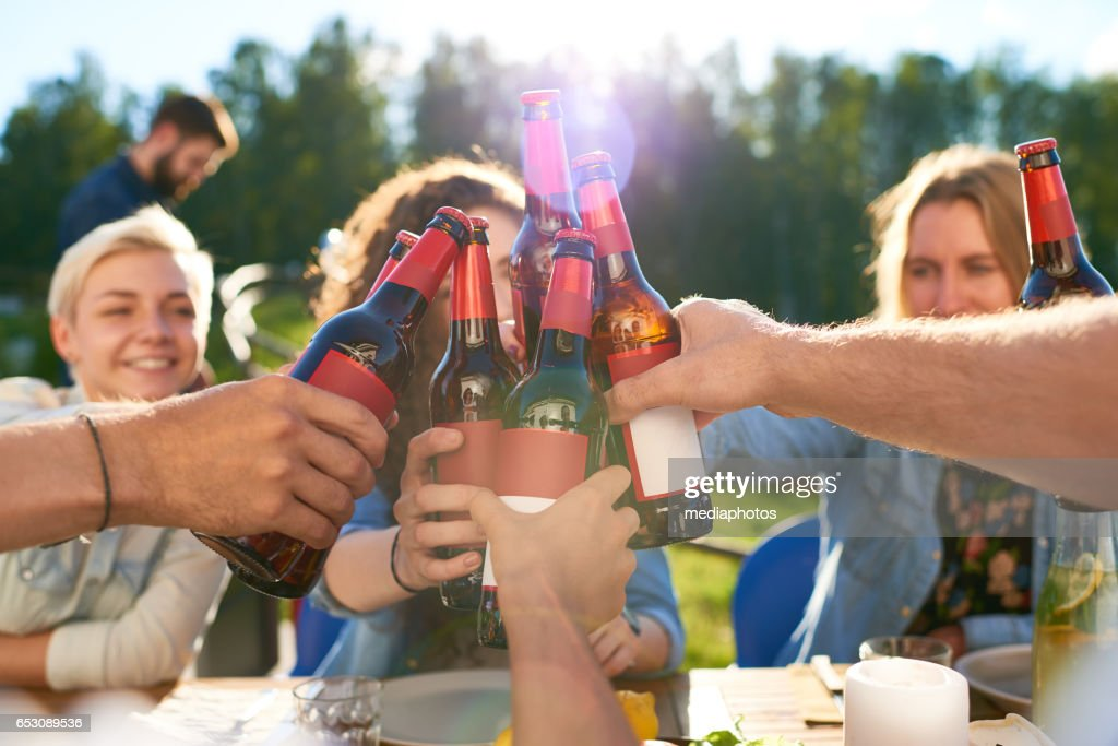 Friends toasting : Stock-Foto
