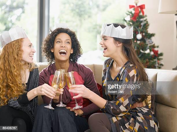 Freunden anstoßen mit Champagner auf party