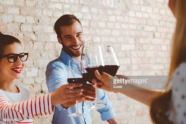 Amigos con vino tinto brindis