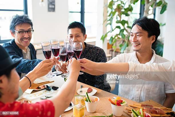 ご友人との乾杯、レッドワイン