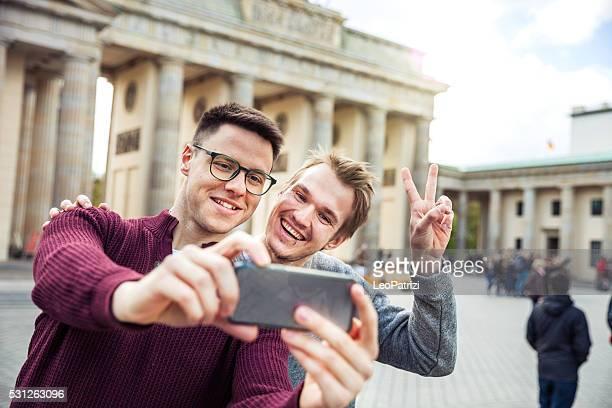 Friends together on travel in Berlin - Brandenburg Gate