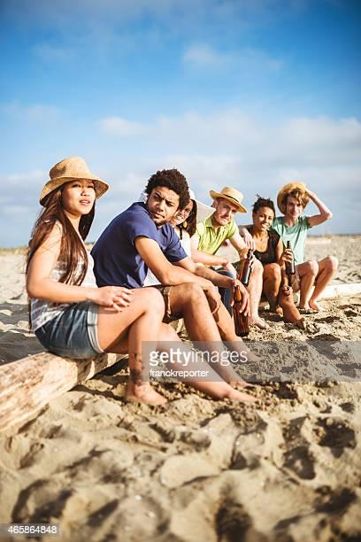 Amigos União na praia que se divertir com Cerveja
