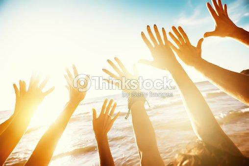 お友達と旅行手と夕日の海の概念 : ストックフォト