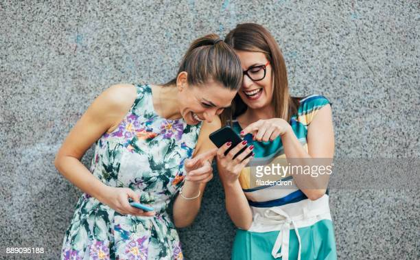 友人は、スマートフォンを使用して、