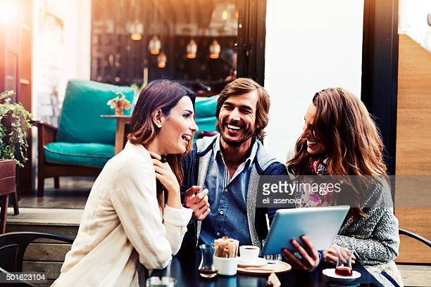 Amigos usando tableta digital en café de Estambul.