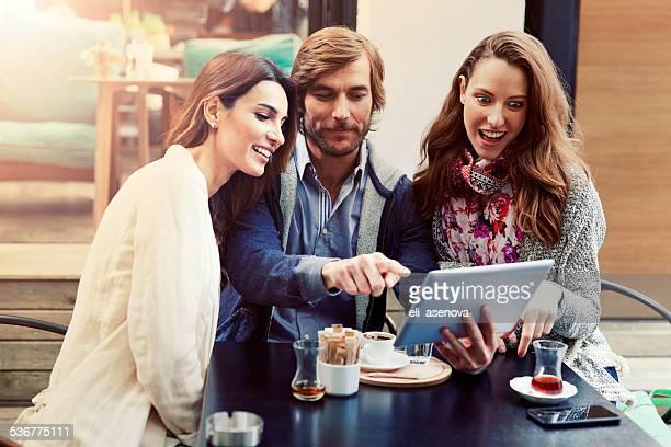 Amis à l'aide de tablette numérique dans un café, Istanbul.