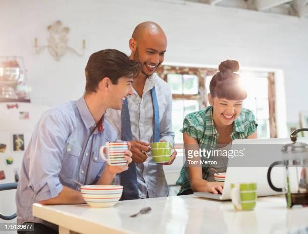 Freunde mit laptop zusammen auf Frühstück